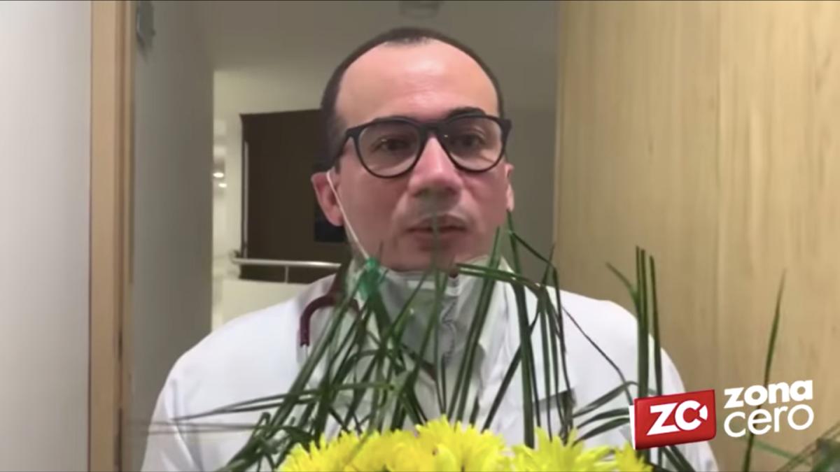 Un médico rompe en llanto al recibir una segunda corona fúnebre en su casa